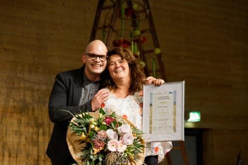 Maya Stürmer durfte von Christian Bisang den Publikumspreis entgegennehmen - Tickets für's DJ Bobo-Konzert!